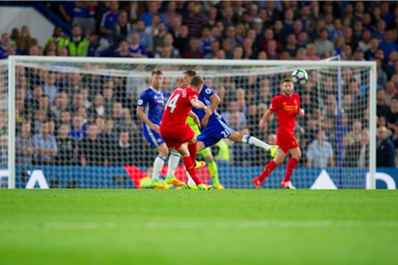 El jugador del Liverpool, Jordan Henderson, dispara a portería y anota ante el Chelsea. Foto tomada de Sopitas.