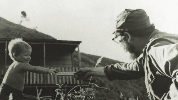 Fidel da chocolate a niño 1958 580