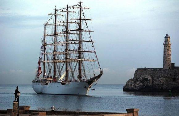 """Fotografía donde se ve el buque escuela """"Unión"""" de la Armada de Perú a su arribo hoy, martes 13 de septiembre de 2016, a la bahía de La Habana Cuba. Foto: EFE"""