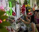 Seguidores del Divo de Juarez colocan ofrendas. Foto: Oscar Sánchez.