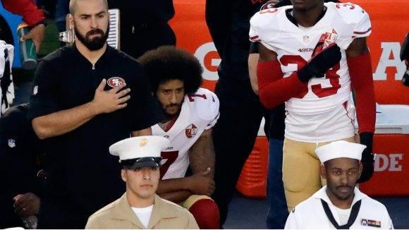 Kaepernick de rodillas mientras suena el himno de los Estados Unidos. Foto: AP