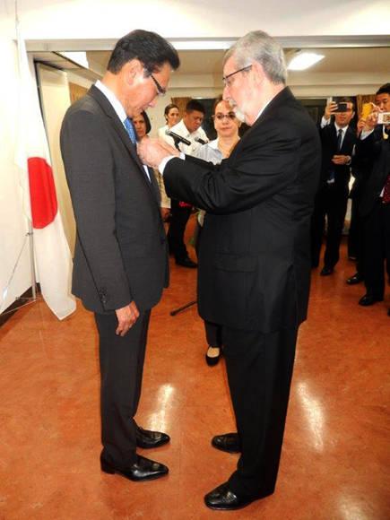 Keiji Furuya, presidente de la Liga Parlamentaria de Amistad Japón-Cuba, recibe la Medalla de la Amistad, impuesta por el embajador cubano en Tokio, Marcos Rodríguez.