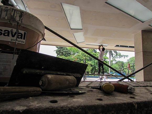 La cooperativa no agropecuaria J. M. Galardi lleva a cabo las reparaciones en el exterior del cine. Foto: Cinthya García/Cubadebate.