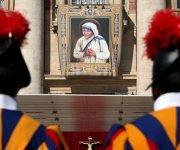 La guardia suiza al frente del tapiz de la santa Madre Teresa de Calcuta. Foto:Reuters/ Stefano Rellandini.