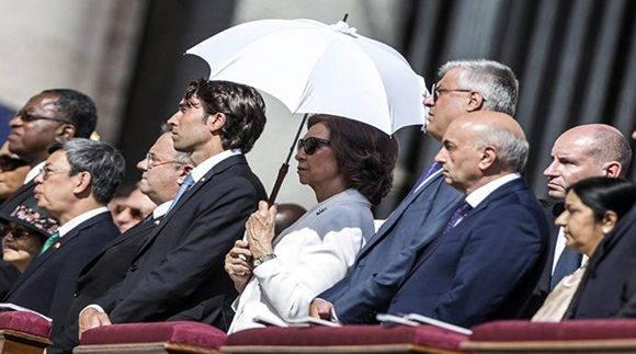 La reina Sofía, cercana a la santa madre, presenció el acto de canonización. Foto: EFE.