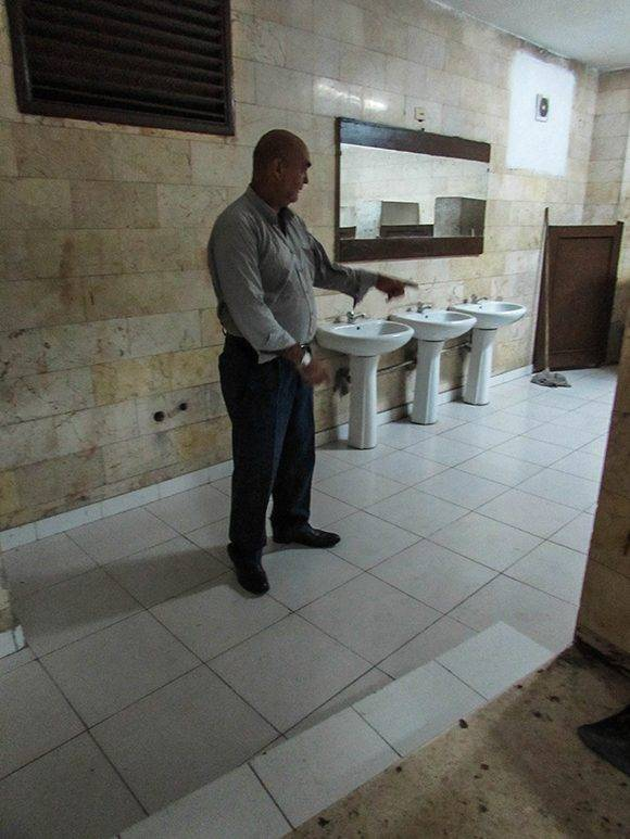 La reparación también abarcó los baños.. Foto: Cinthya García/Cubadebate.