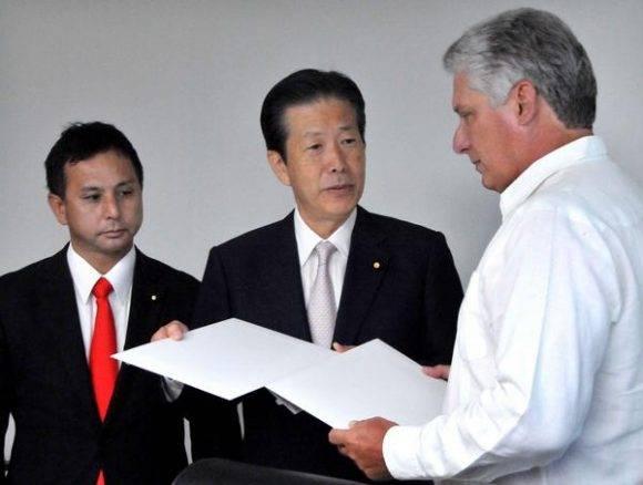 Natsuo Yamaguchi (C), presidente del partido Komeito, de Japón, entrega cartas para Fidel y Raúl a Miguel Díaz-Canel Bermúdez (D), miembro del Buró Político del Comité Central del Partido Comunista de Cuba (PCC) y primer vicepresidente de los Consejos de Estado y de Ministros, en La Habana, el 6 de septiembre de 2016. ACN FOTO/Jorge Luis GONZÁLEZ/ Periódico Granma/sdl