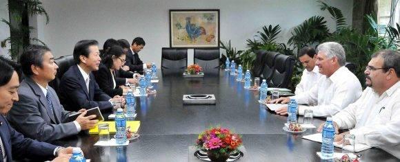 Miguel Díaz-Canel Bermúdez (segundo de la der.), miembro del Buró Político del Comité Central del Partido Comunista de Cuba (PCC) y primer vicepresidente de los Consejos de Estado y de Ministros, y Natsuo Yamaguchi (tercero de la izq.), presidente del partido Komeito, de Japón, sostiene conversaciones en La Habana, el 6 de septiembre de 2016. ACN FOTO/Jorge Luis GONZÁLEZ/ Periódico Granma/sdl
