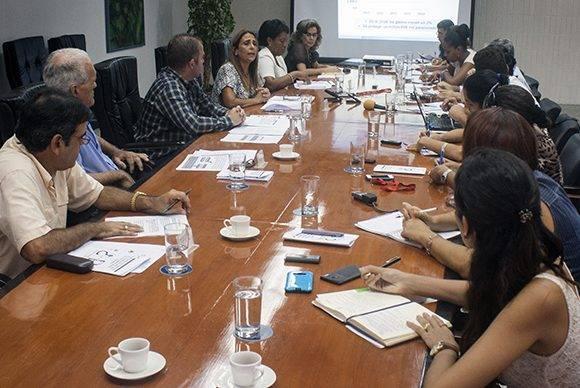 Funcionarios explican a periodistas las nuevas regulaciones en el sistema tributario para las empresas estatales. Foto: José Raúl Concepción/ Cubadebate.