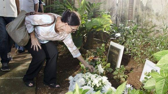 La actriz Eslinda Nuñez coloca su ofrenda. Foto: Alexis Rodríguez