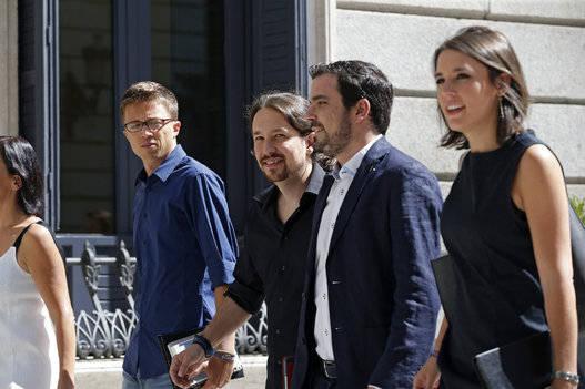 Los jóvenes líderes de Unidos Podemos llegan al Congreso. Foto: EFE.
