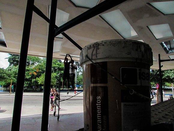 Todos los años le damos mantenimiento a las cubiertas de los cines, afirmó Roy Villanueva. Foto: Cinthya García/Cubadebate.