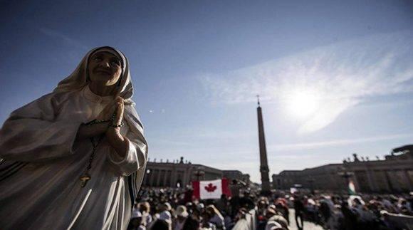 Una escultura de la exbeata, también se hizo presente a las afueras del Vaticano. Foto: EFE.