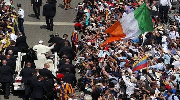 Una vez finalizada la ceremonia, Francisco se despidió en el papamóvil. Foto: Reuters/ Stefano Rellandini.