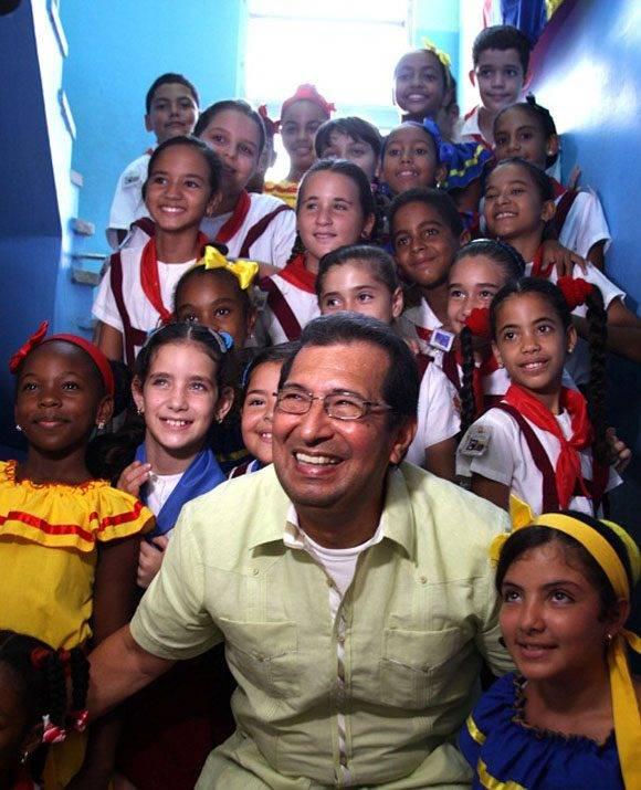 Adán Chávez junto a los pioneros cubanos. Foto: Radio Rebelde.