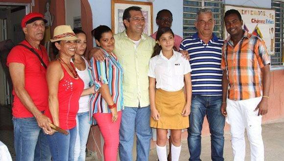 Adán Chávez en el recorrido por la escuela Hugo Rafael Chávez Frías en La Habana. Foto: Radio Rebelde.