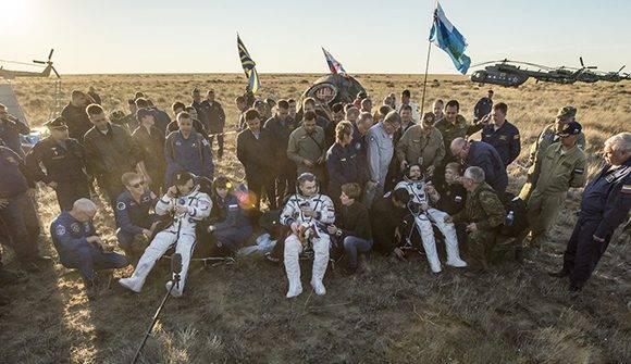 Acompañado de los cosmonautas rusos Alexey Ovchinin y Oleg Skripochka de Roscosmos, los tres miembros de la EEI aterrizaron a bordo de una nave Soyuz TMA-20M. Foto: Twitter Estación Interespacial.