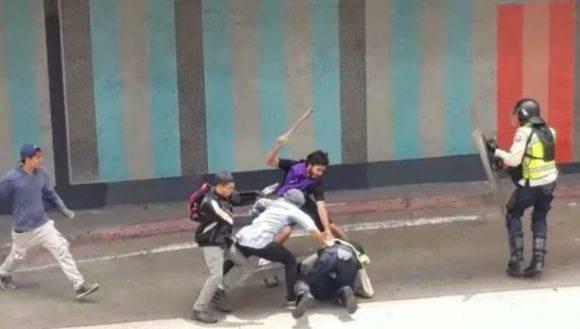 Un grupo de la derecha venezolana golpeando a una mujer policía. Foto: Archivo.