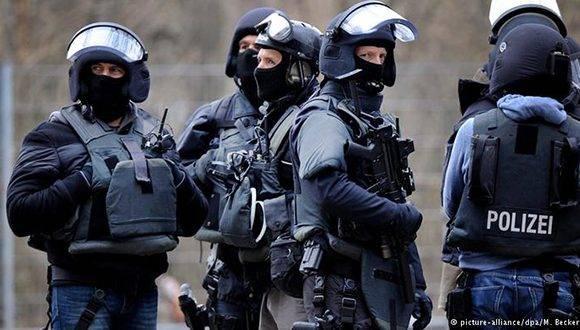 Fuerzas especiales detienen a joven sirio de 16 años en Colonia (oeste de Alemania) por su presunto vínculo con el Estado Islámico (EI). Foto: DPA.
