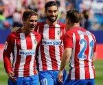 Griezmann, Carrasco y Gameiro celebran uno de los goles al Sporting. Foto: Sergio Pérez/Reuters.