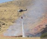 Un helicóptero de la policía de caminos de california extingue el incendio ocasionado por el accidente. Foto AP