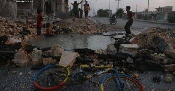 El cráter que se llenó de agua se formó luego de los bombardeos. Foto: BBC.