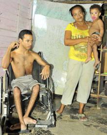 Desde su silla de ruedas, Joan escucha a su mamá narrar las vicisitudes familiares desde que le suprimieron la chequera.