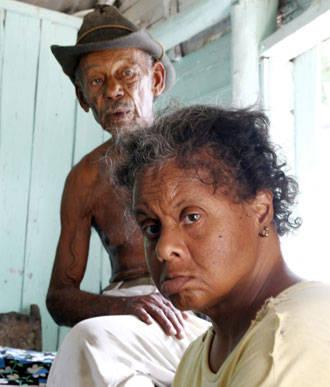 Ángel María Blanco García y su hija Lázara esperan la ayuda de la asistencia social.