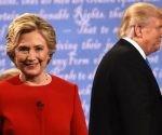 Los candidatos de los partidos Demócrata, Hillary Clinton, y Republicano, Donald Trump, abandonan el escenario tras concluir su primer debate en la Universidad Hofstra, en Long Island, Nueva York Foto: Afp