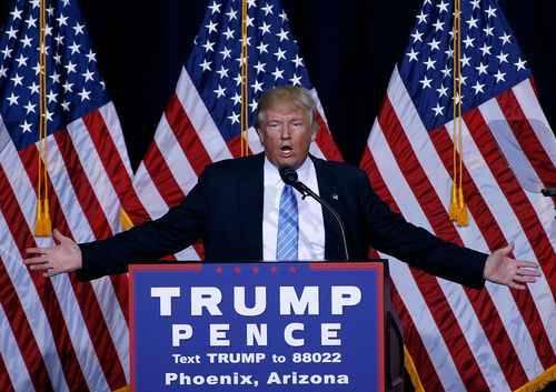 """Después de su visita a México, Donald Trump encabezó un acto de campaña en Phoenix, Arizona, donde reiteró que una de las prioridades de su gobierno, si llega a la Casa Blanca, será erradicar la inmigración """"ilegal"""" para salvaguardar los intereses y la seguridad de los estadunidenses. Foto: Afp"""