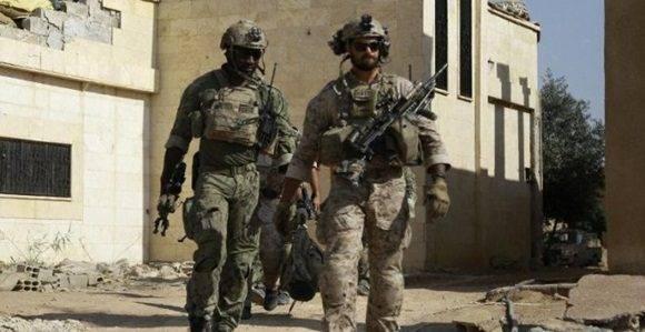 Soldados identificados por las fuerzas sirias como tropas especiales de EEUU en la provincia de Raqqa, Siria. - AFP