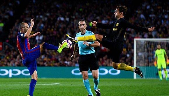 El Atlético saca petróleo del Camp NouIniesta y Griezmann pelean por un balón. Foto: Getty Images.