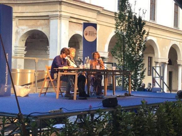 Edna O'Brien este domingo en Mantua. Respondió preguntas de la escritora Lella Costa y del público.