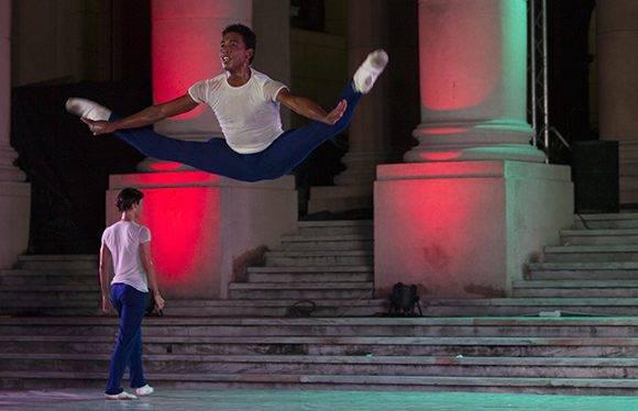 Con entrada libre y gratuita, la gala comenzó a las nueve de la noche. Foto: Ladyrene Pérez/ Cubadebate.