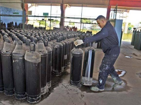 Se incorporan a la venta mayorista, además de los surtidos de oxígeno y acetileno, los gases de nitrógeno y argón. Foto: Granma.