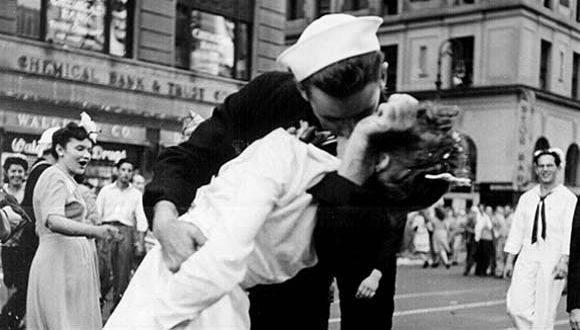 Greta Friedman, la mujer que protagonizó esa icónica imagen del fin de la Segunda Guerra Mundial. Foto: Alfred Eisenstaedt.