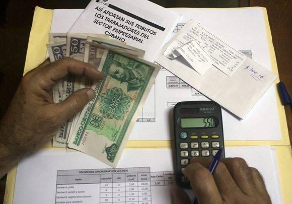 Más de un millón de trabajadores deberán cumplir con este nuevo método tributario. Foto: José Raúl Concepción/ Cubadebate.
