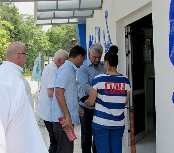 Miguel Díaz-Canel y José Ramón Fernández cortan la cinta en la entrada del Centro. Foto: Cinthya García/Cubadebate.