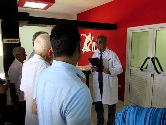 El Dr. René Romero conversa con miembros de la presidencia del acto. Foto: Cinthya García/Cubadebate.