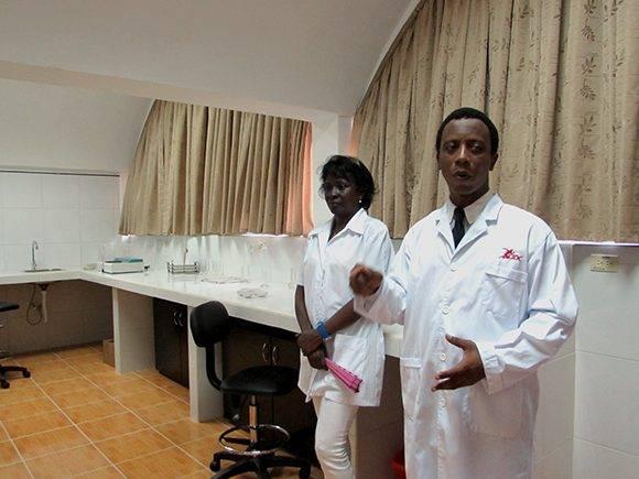 El Dr. Leonel Suárez diserta en el Laboratorio de Fisiología y Bioquimica. Foto: Cinthya García/Cubadebate.