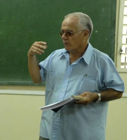 Julio García Luis impartiendo clases en la Facultad de Comunicación, de la Universidad de La Habana.