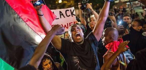 Las vidas negras valen, esa y otras consignas corearon ayer manifestantes en la ciudad estadunidense de Charlotte, Carolina del Norte. El gobernador Pat McCrory declaró el estado de emergencia después de noches sucesivas de disturbios y enfrentamientos que han provocado un muerto, por lo menos nueve civiles y cuatro uniformados heridos, así como unos 50 arrestos. Foto: Afp