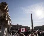 """El papa rindió homenaje a una religiosa que cuido de los más desamparados y acusó a los líderes mundiales por los """"crímenes de la pobreza creados por ellos mismos"""". Foto: EFE."""