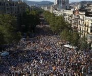 Miles de asistentes a la concentración convocada por diversas entidades con motivo de la celebración de la Diada. Foto: EFE.