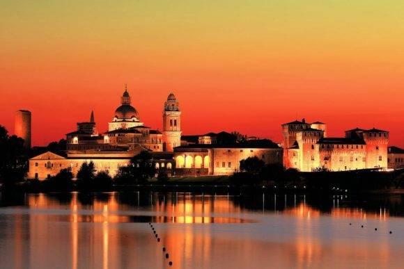 Mantua (en italiano Mantova) es la capital de la provincia homónima en la región de Lombardía. Está rodeada en tres de sus lados por lagos formados por el río Mincio.