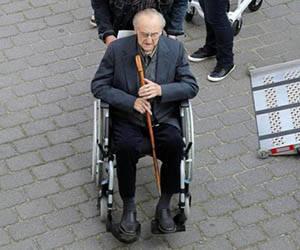 Hubert Zafke, ex enfermero de las SS, a su llegada al juicio. Foto: Bernd Wustneckafp/AFP.