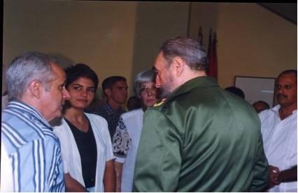 Fidel conversa con Néstor del Prado. Al centro, la periodista Talía González.