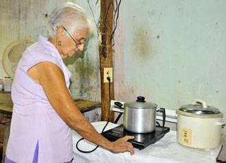 Noalda Colombié Martínez se siente más aliviada porque el consumo eléctrico disminuyó después de recibir la cocina por inducción.