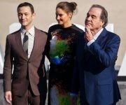Los actores estadounidenses Joseph Gordon-Levitt y Shailene Woodley, junto al director Oliver Stone en San Sebastían. Foto: AFP.