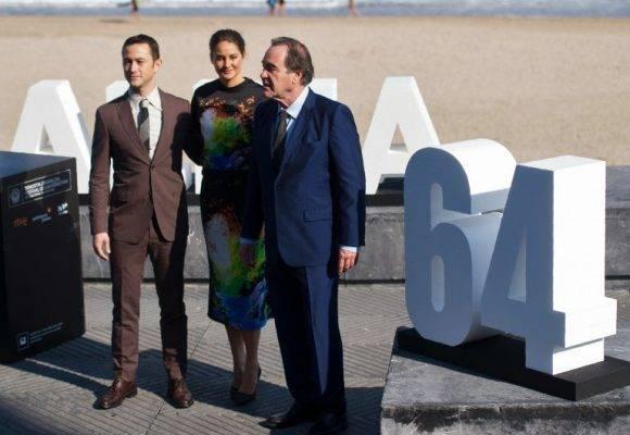 """Oliver Stone presenta su """"Snowden"""" en San Sebastián, junto a los actores estadounidenses Joseph Gordon-Levitt y Shailene Woodley. Foto: AFP."""